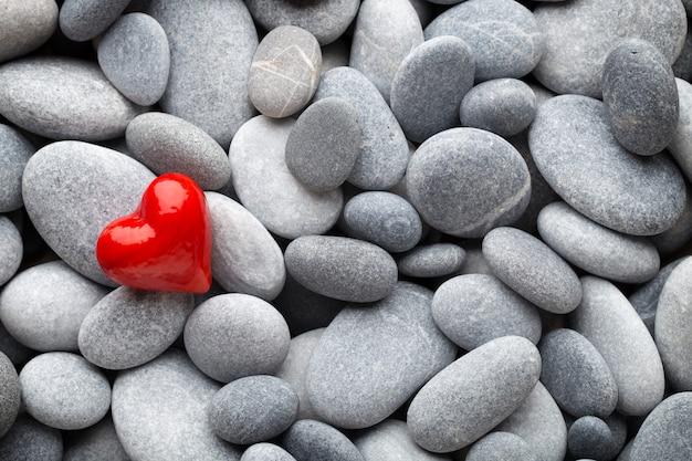 Rotes herz mit spa-steinen