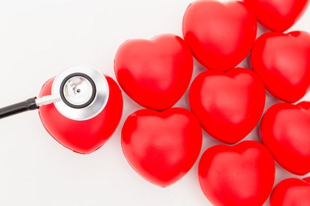 Rotes herz und ein stethoskop. isoliert auf weißem hintergrund