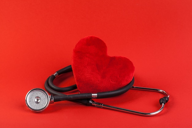 Rotes herz und ein stethoskop