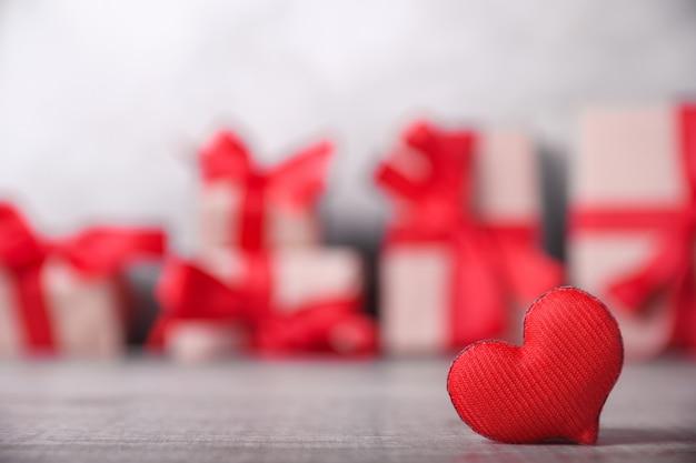 Rotes herz und geschenkboxen