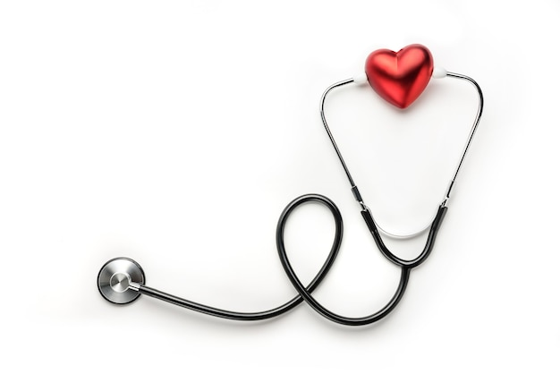 Rotes herz und medizinisches stethoskop auf einem weißen hintergrund mit kopienraum. medizin symbol.