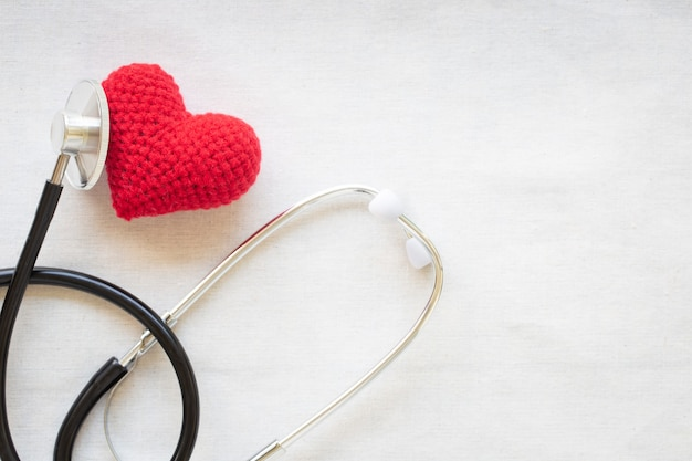 Rotes herz und stethoskop. herzgesundheit, kardiologie, versicherungsplan, puls und bluthochdruck.