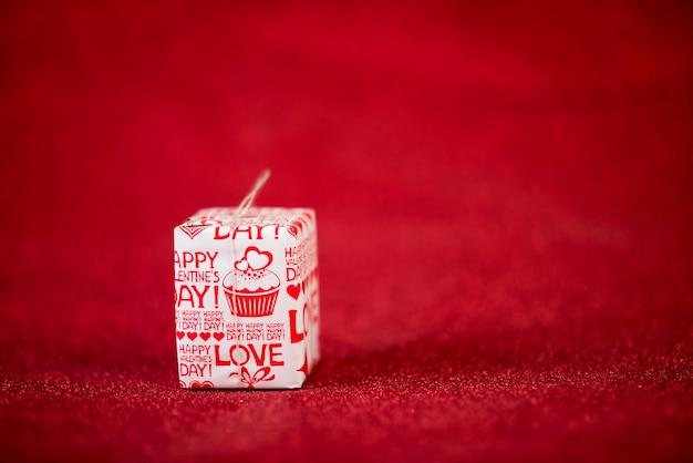 Rotes hintergrund- und geschenkbox valentinstagkonzept