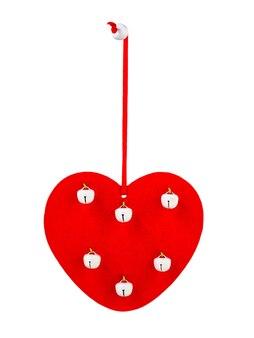 Rotes holzherz mit weißen glocken auf einem isolierten weißen hintergrund