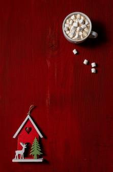 Rotes kaffeetasseholzholz-marshmallow-neujahrsspielzeug
