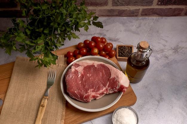 Rotes kalbfleischhieb auf einer platte