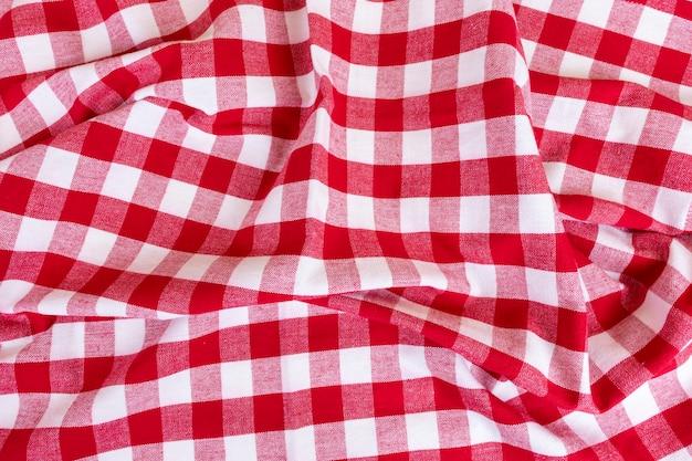Rotes kariertes gingham-küchentuch oder stoff draufsicht