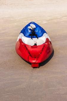 Rotes kayaking boot auf dem tropischen strandbereich