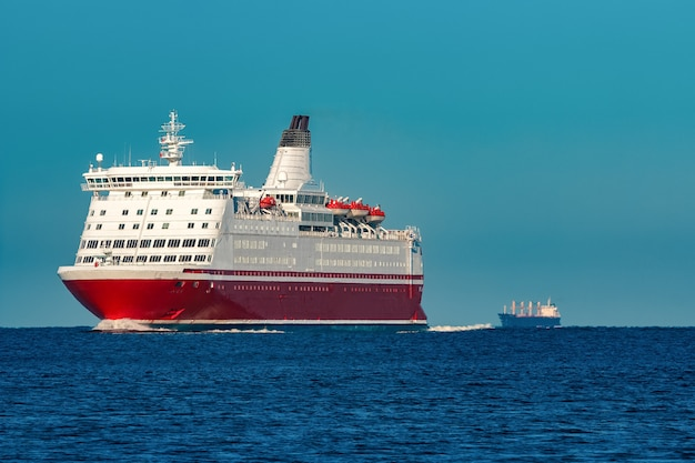 Rotes kreuzfahrtschiff. große passagierfähre unterwegs