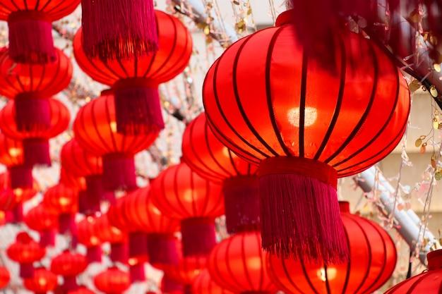 Rotes laternensymbol von den festivallichtern des chinesischen neujahrsfests, die am kaufhaus thailand verziert wurden, feierte hintergrund