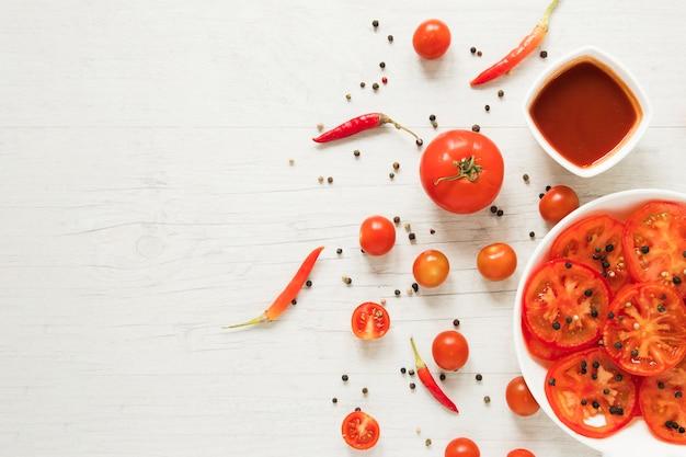 Rotes lebensmittel des strengen vegetariers auf weißem hintergrund