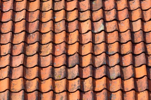 Rotes mit ziegeln gedecktes dach der niederländischen art