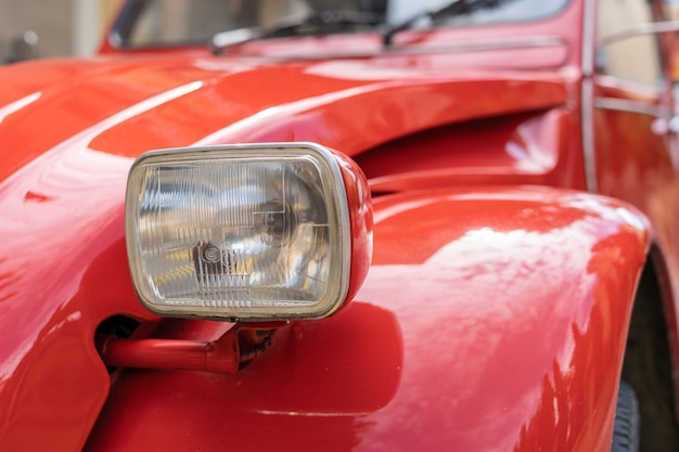 Rotes oldtimer-frontlicht