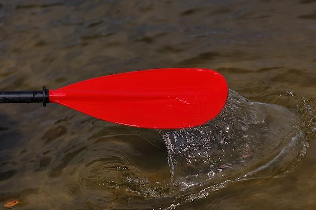 Rotes paddel für wildwasser-rafting und kajakfahren