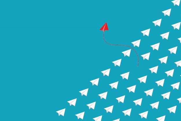 Rotes papierflugzeug außerhalb der linie mit weißem papier, um störungen zu ändern und neuen normalen weg auf blauem hintergrund zu finden.