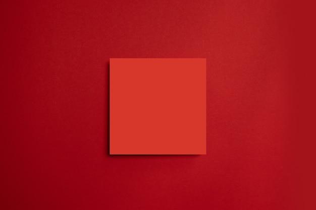 Rotes papierplakat auf einem roten hintergrund. alles in einer minimalen stilvorlage.