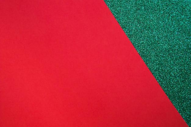 Rotes papppapier auf grüner oberfläche