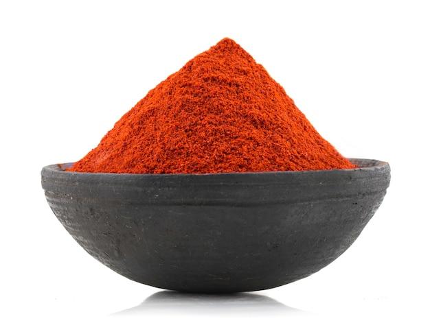 Rotes paprika-pfeffer-pulver auf weißem hintergrund