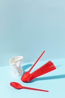 Rotes plastikbesteck und tasse
