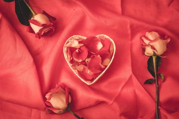 Rotes rosenblatt in herzform