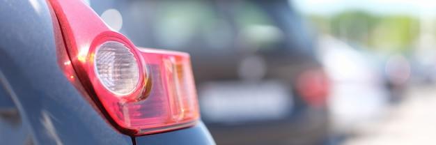 Rotes rücklicht auf schwarzem auto nahaufnahme