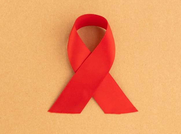 Rotes satinband mit schleife als symbol des hiv- und aids-aufklärungstages am 1. dezember.