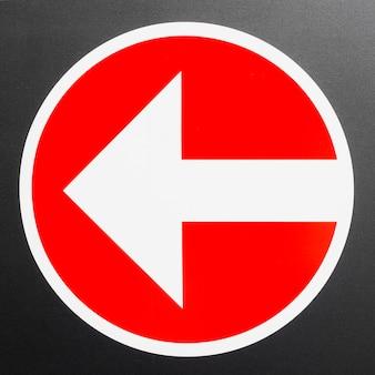 Rotes schild mit pfeil nach links