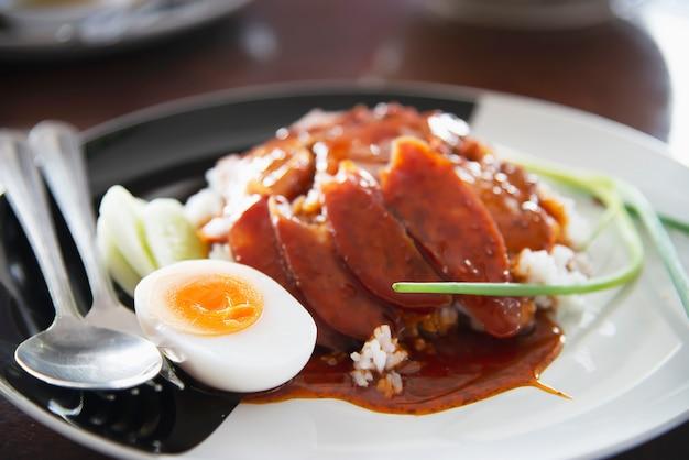 Rotes schweinefleisch und reis - berühmtes thailändisches lebensmittelrezept