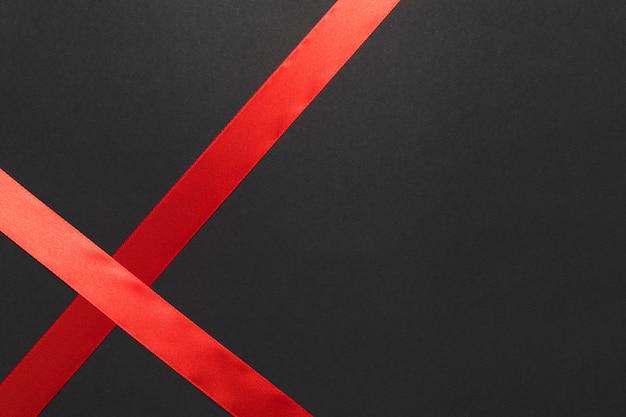 Rotes seidenband auf dem tisch