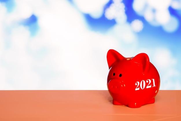 Rotes sparschwein mit der aufschrift 2021