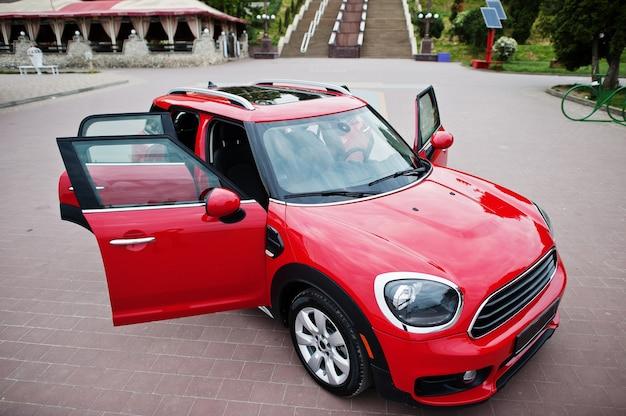 Rotes stadtauto. kleinwagen für städte.