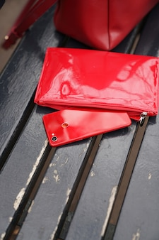 Rotes telefon aus der brieftasche