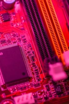 Rotes themenorientiertes motherboard mit speichersteckplätzen