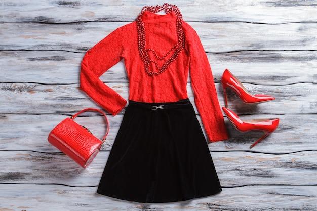 Rotes top mit schwarzem rock glänzende fersenschuhe und halskette neues design und hochwertiger stoff mädchenkleidung...