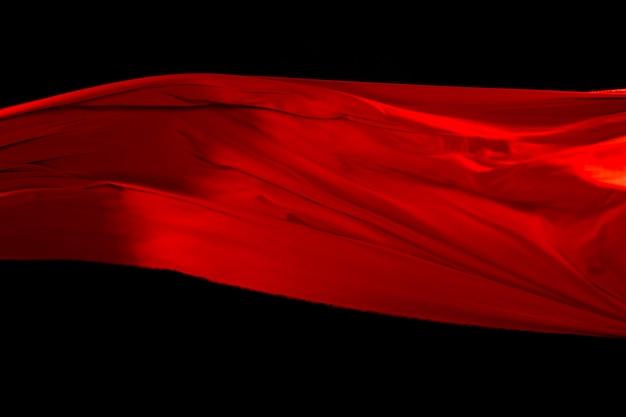 Rotes tuch fliegt luft, rötlicher satinstoff wirft