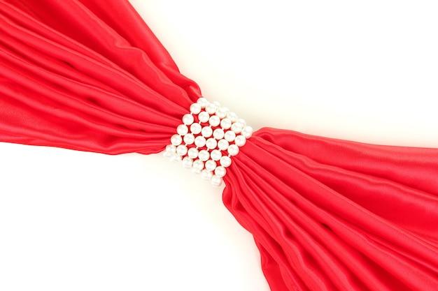 Rotes tuch mit perlen isoliert auf weiß gebunden