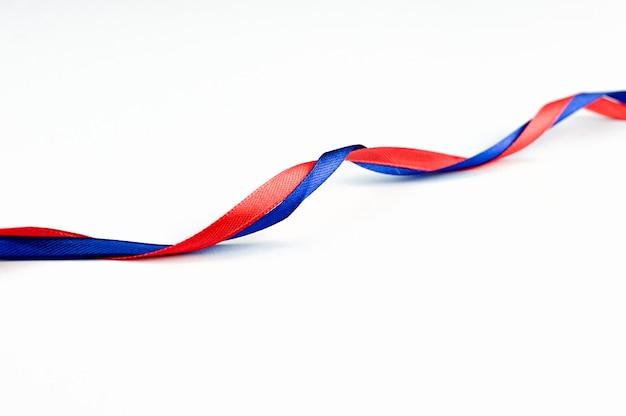 Rotes und blaues band miteinander verflochten. hochwertiges foto