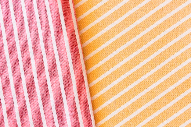 Rotes und gelbes realistisches gefaltetes leinenbeschaffenheitsgewebe