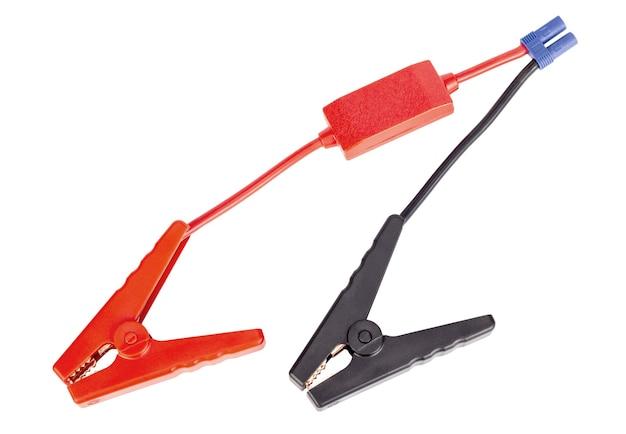 Rotes und schwarzes autobatterie-überbrückungskabel für ladegerät oder booster lokalisiert auf weißem hintergrund.