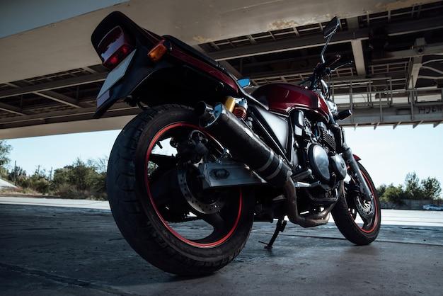 Rotes und schwarzes motorrad auf einer straße