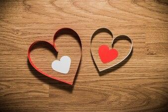 Rotes und weißes Herz auf einem hölzernen Hintergrund