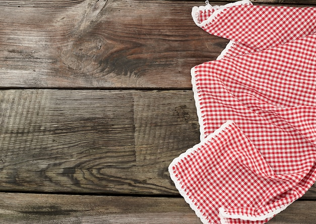 Rotes und weißes textilgeschirrtuch auf einer holzoberfläche