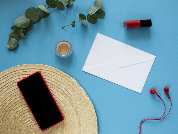 Rotes weibliches smartphone-bildschirmmodell. flache rote kopfhörer, kosmetika und umschläge. mail-, messaging- und chat-app-konzept.