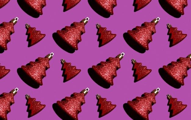 Rotes weihnachtsspielzeug des nahtlosen weihnachtsmusters auf einer purpurroten hintergrundverpackung