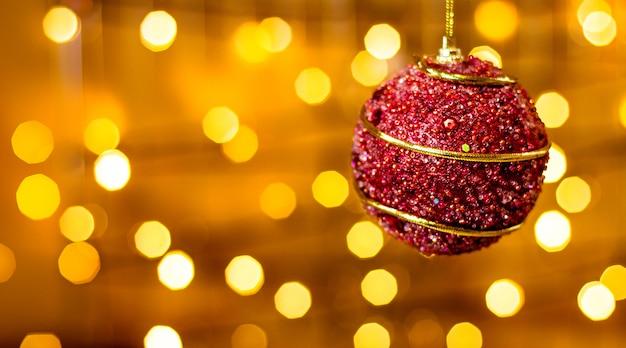 Rotes weihnachtsspielzeug mit bokeh-lichtern
