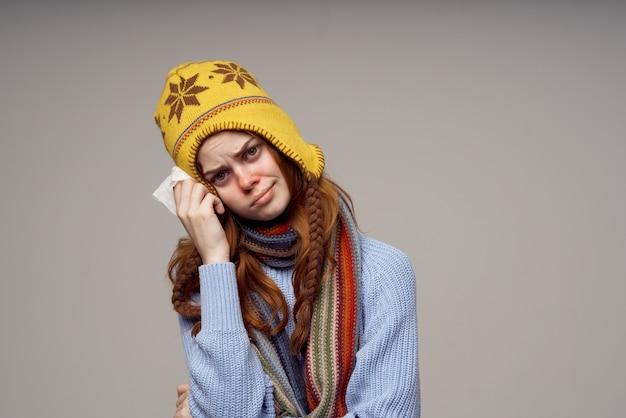 Rothaarige frau gesundheitsprobleme temperatur heller hintergrund