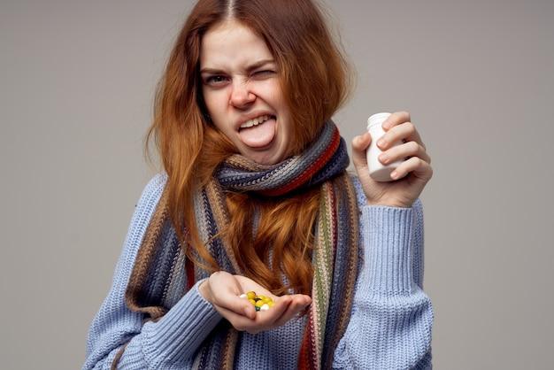 Rothaarige frau grippeinfektion virus gesundheitspflege heller hintergrund. foto in hoher qualität