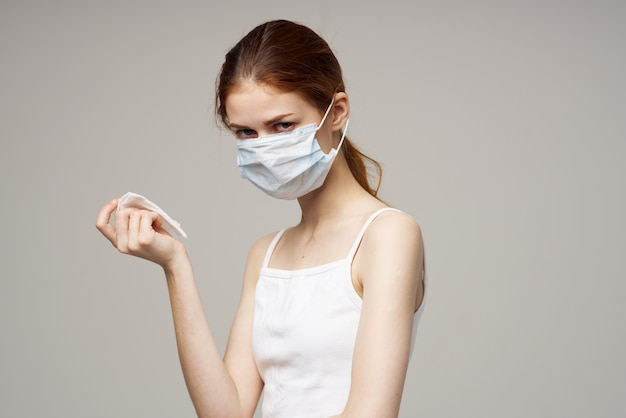 Rothaarige frau grippeinfektion virus gesundheitsprobleme heller hintergrund