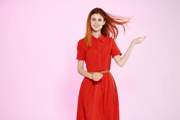 Rothaarige frau im roten kleid handgesten luxus isolierten hintergrund