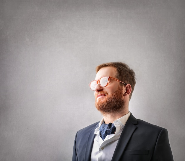 Rothaarige geschäftsmann mit brille